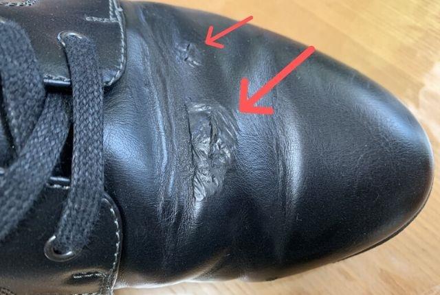 劣化した合皮の革靴